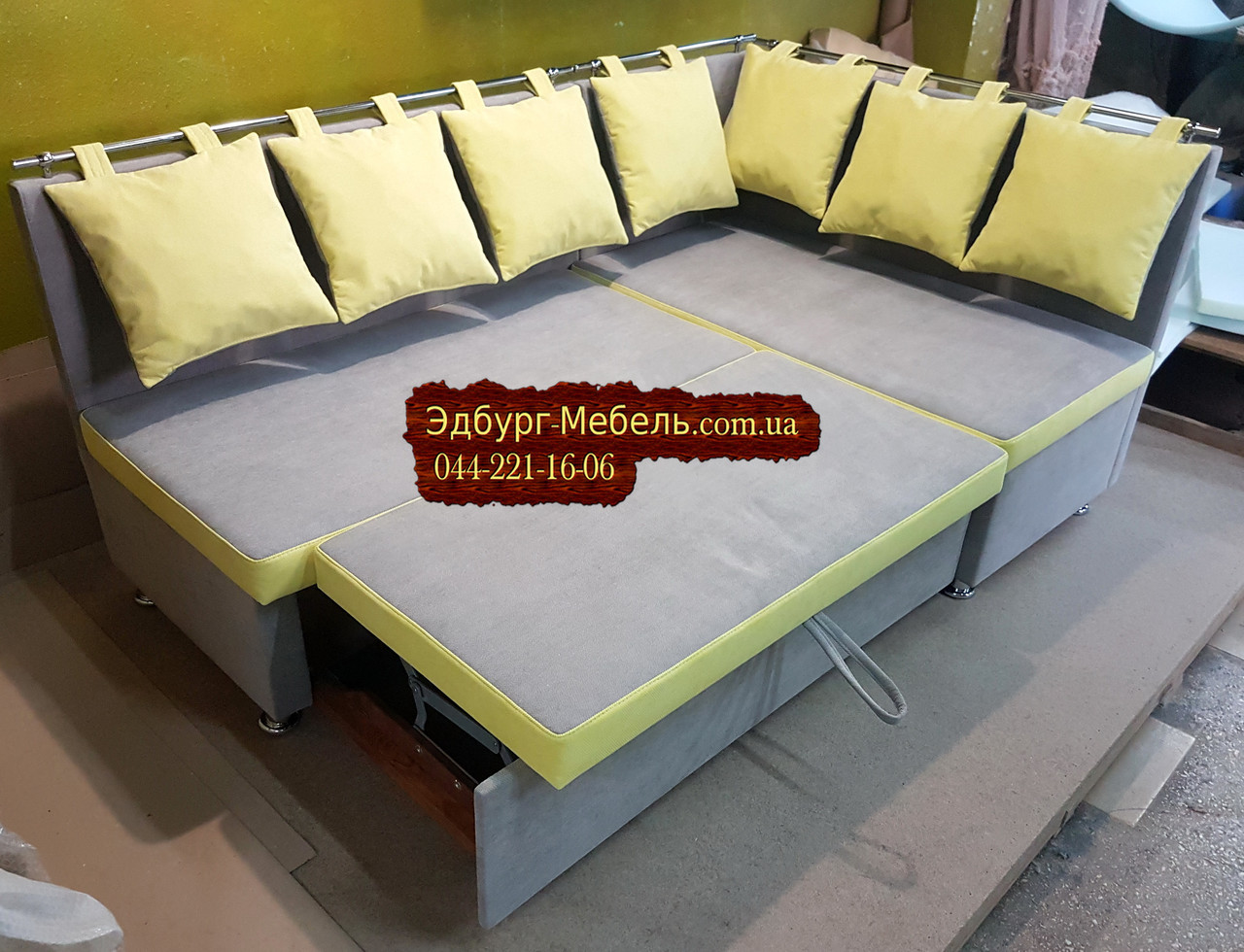 Кухонный уголок с подушками в рисунок