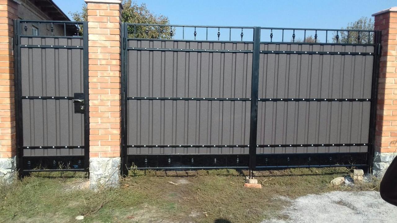 Ворота распашные с профнастилом и ковкой