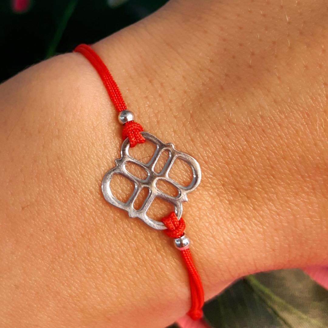 Браслет красная нить на руку с серебряным амулетом