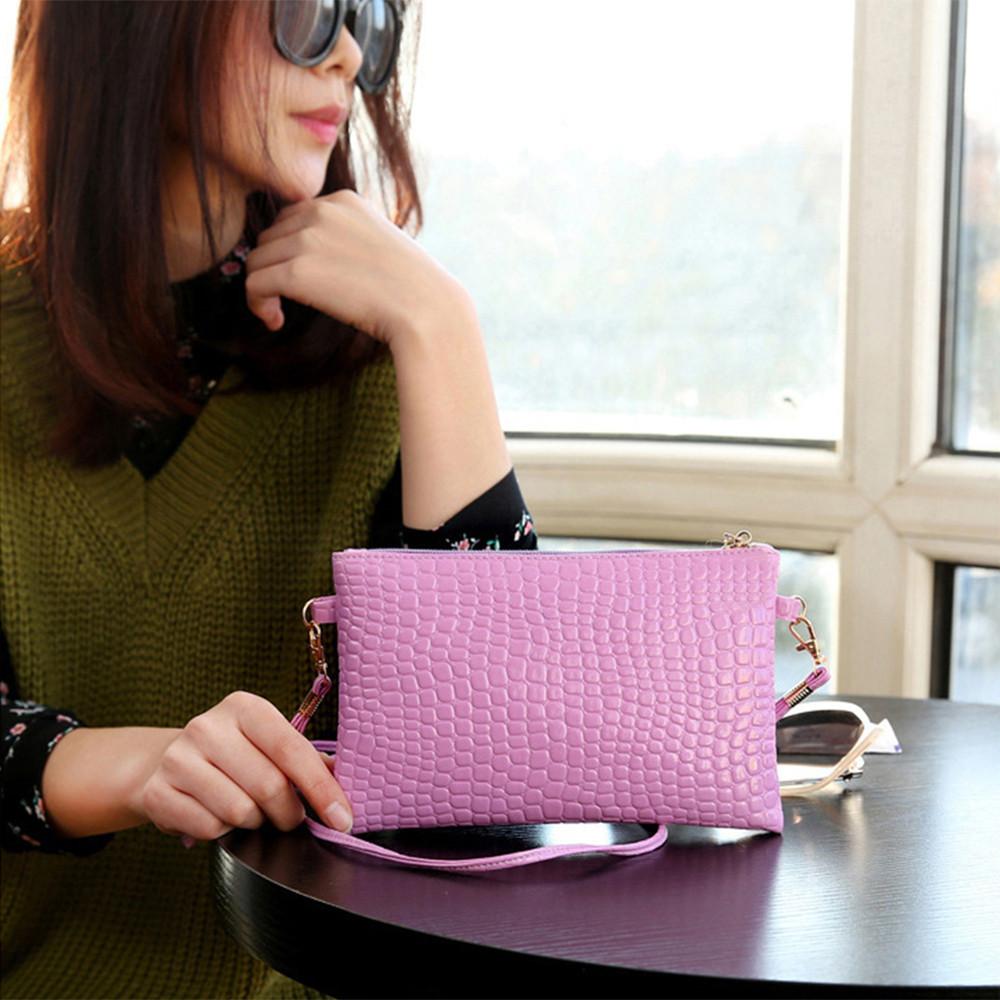 Лаковая сумочка-клатч с ремешком через плечо сиреневая