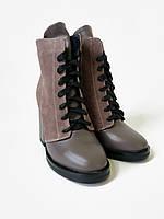 Женские кожаные ботинки с замшевыми вставками на каблуке цвета капучино