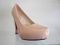 Женские лаковые туфли на каблуке.