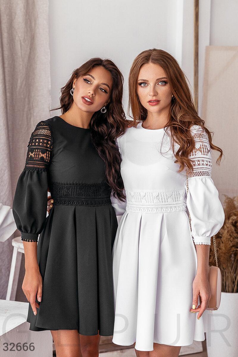 Короткое платье с ажурными вставками белое