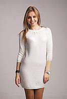 Вязаное платье-туника украшено жемчужинами