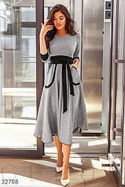 Трикотажное платье миди с поясом серое