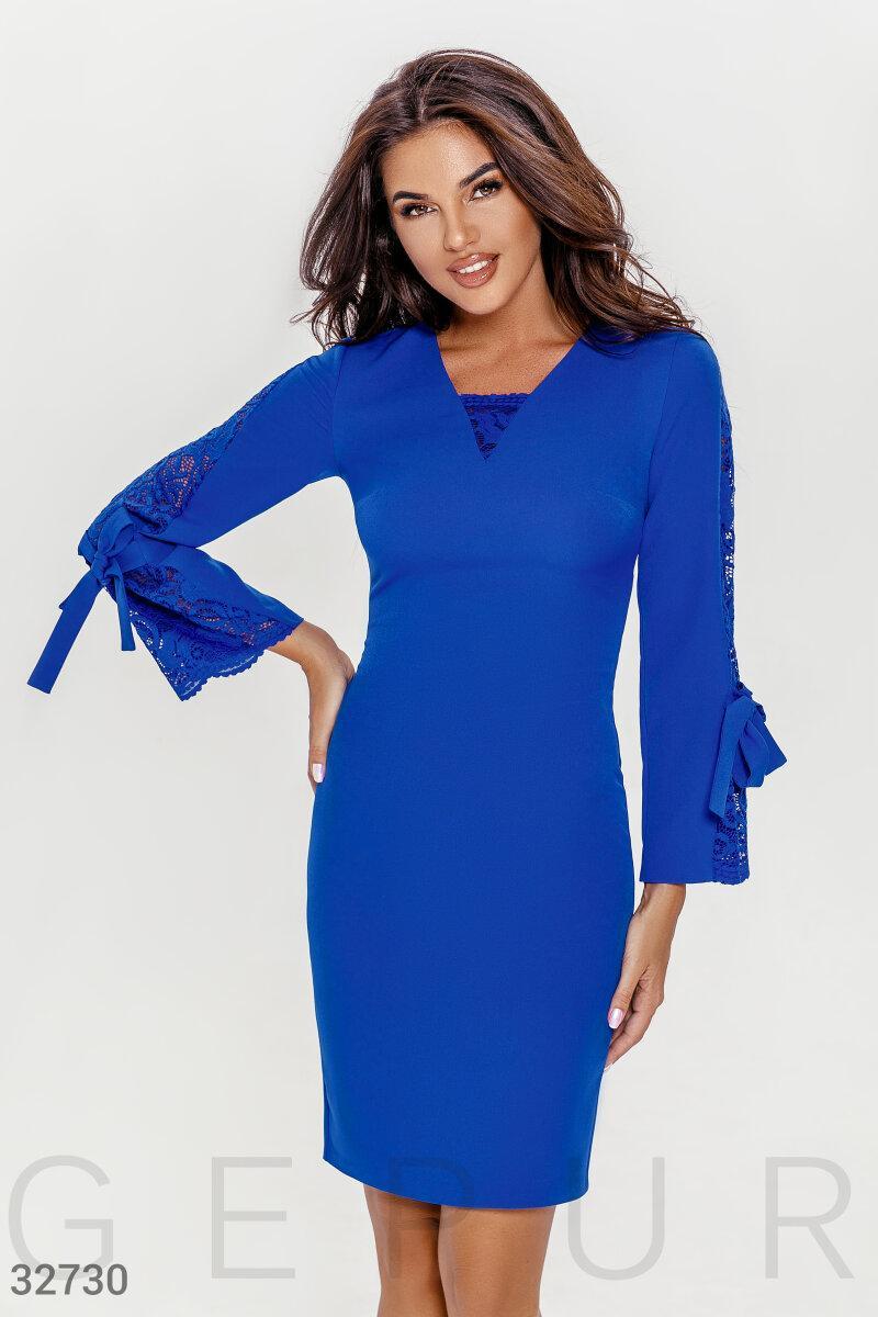 Приталенное платье с кружевными вставками синее