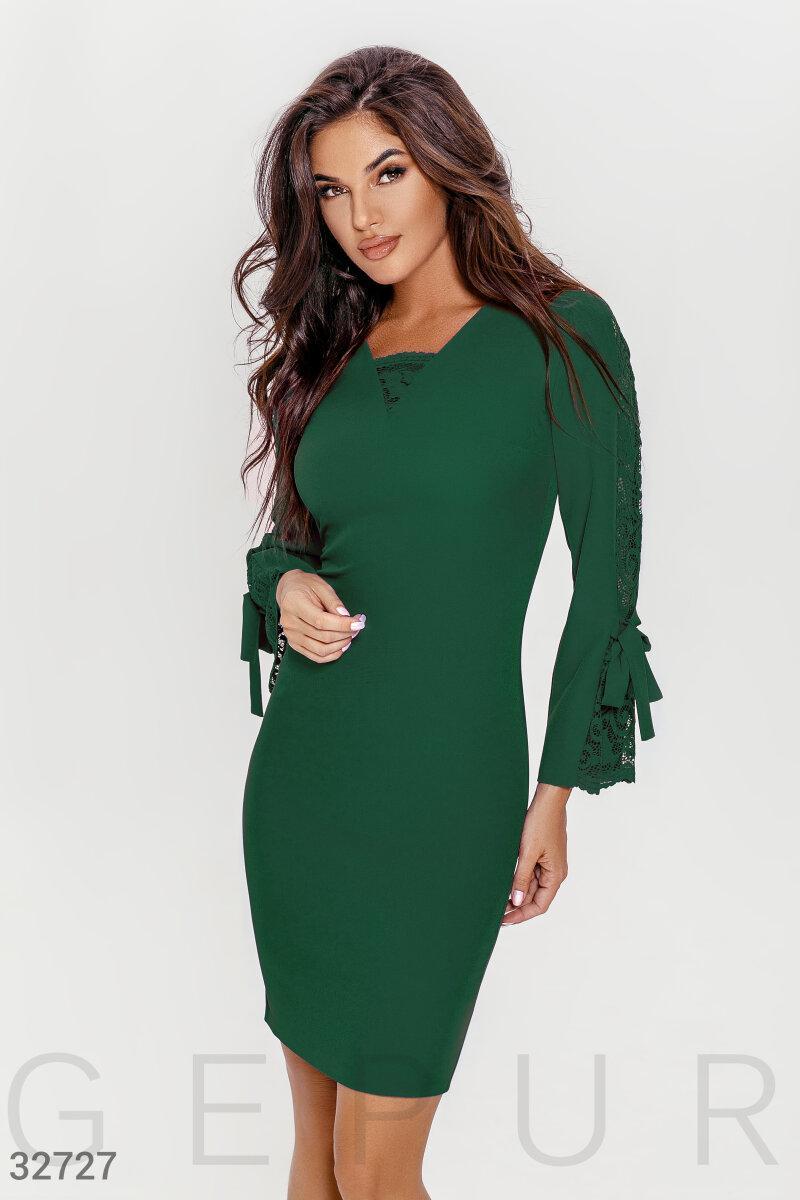 Приталенное платье с кружевными вставками зеленое