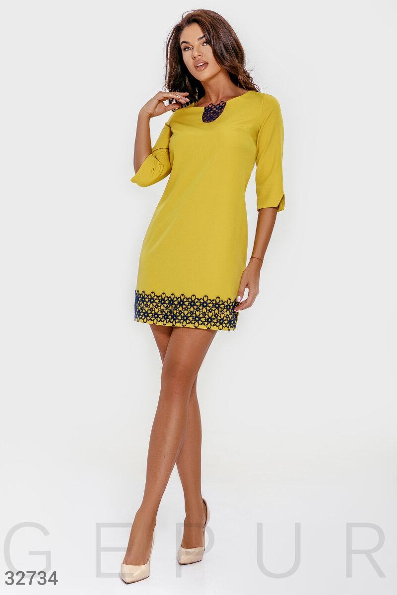 Короткое свободное платье с кружевом горчичное