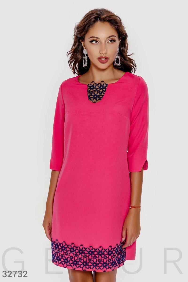 Короткое свободное платье с кружевом розовое