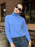 Теплый женский свитер свободного кроя с высоким воротником в синем цвете
