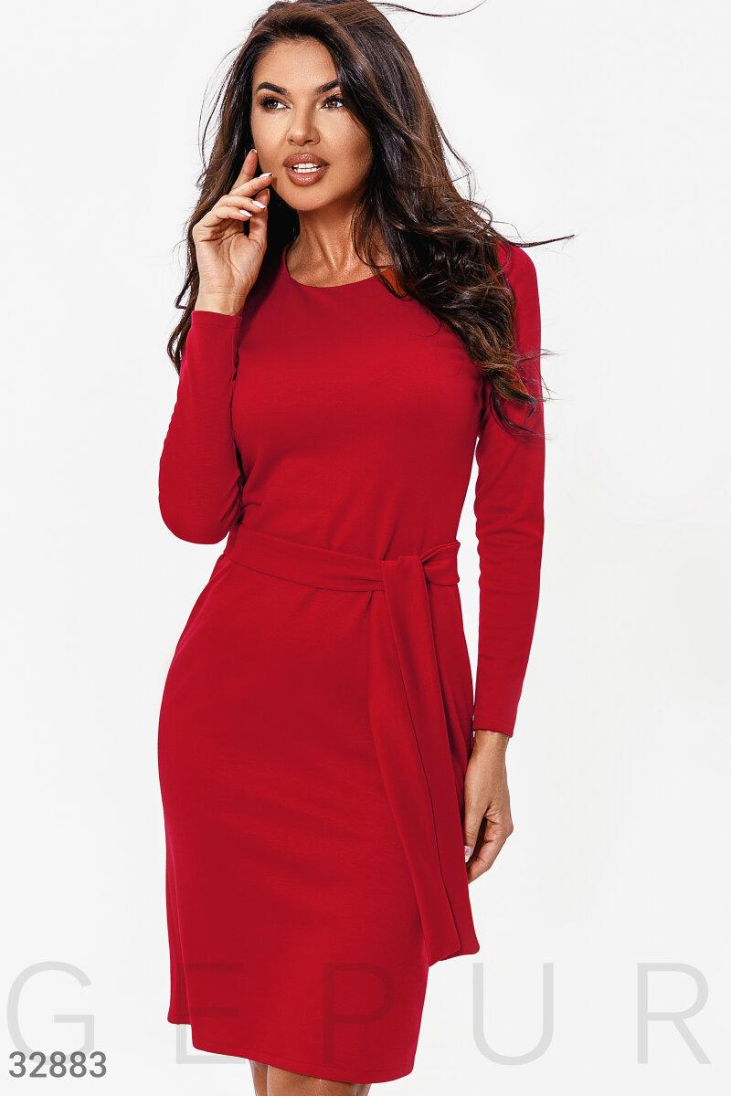 Облягаюче трикотажне плаття міді з поясом червоне