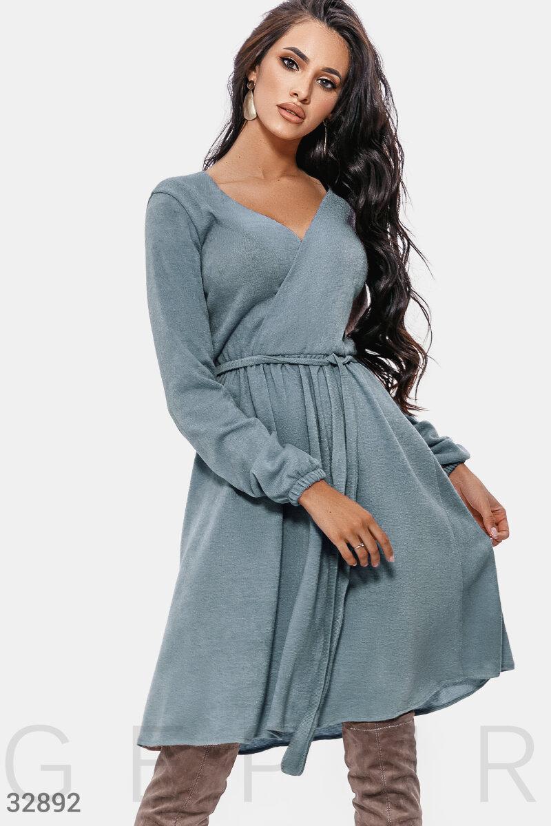 Трикотажное платье миди на фиксируемым запах голубое