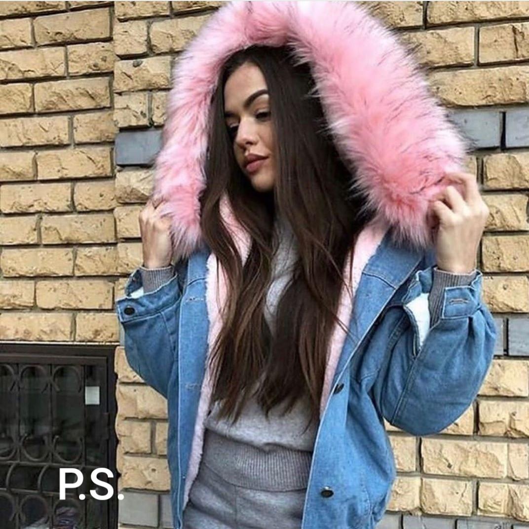 Короткая женская джинсовая куртка на меху с капюшоном и меховой опушкой 7601169