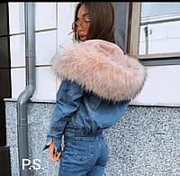 Короткая женская джинсовая куртка на меху с капюшоном и меховой опушкой 76kr169