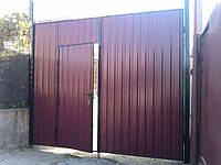Ворота распашные из профнастила со встроенной калиткой