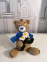 Мягкая вязанная игрушка для детей  Мишка с букетом ромашек 15см
