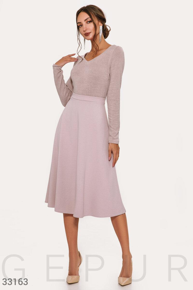 Осеннее платье длины миди пудровое
