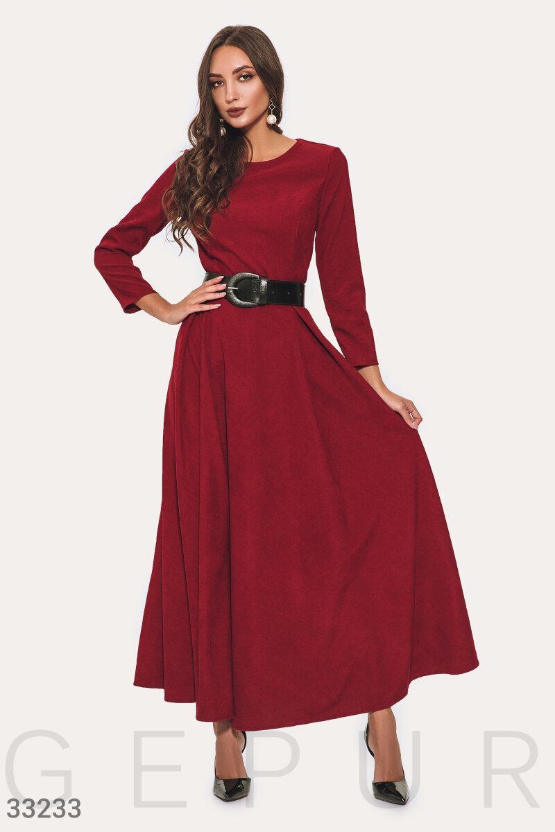 Вельветовое платье длины миди бордового цвета