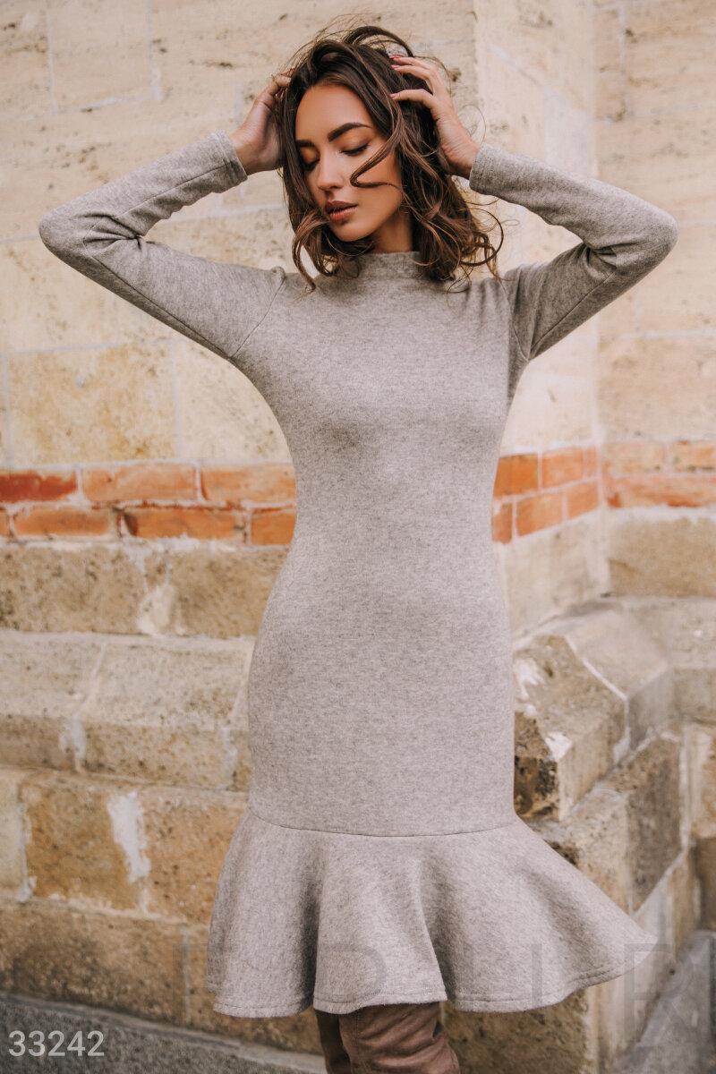 Трикотажное осеннее платье с воланом серое