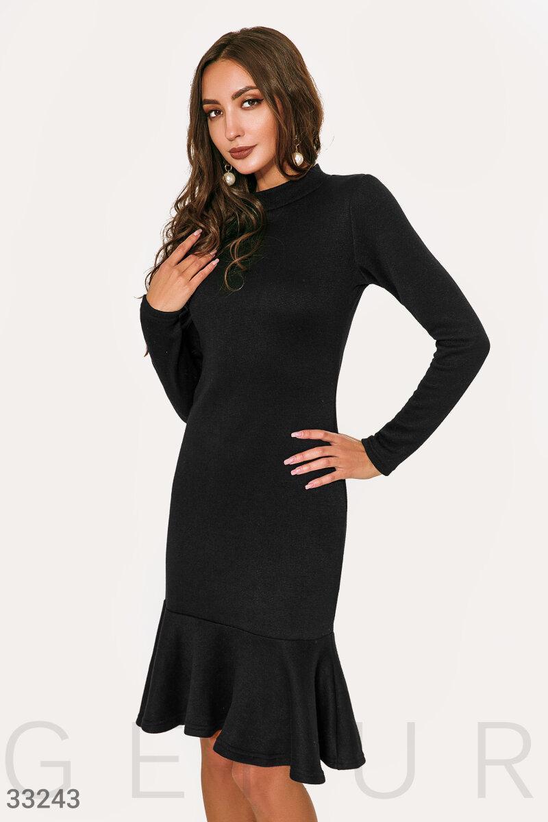 Трикотажное осеннее платье с воланом черное