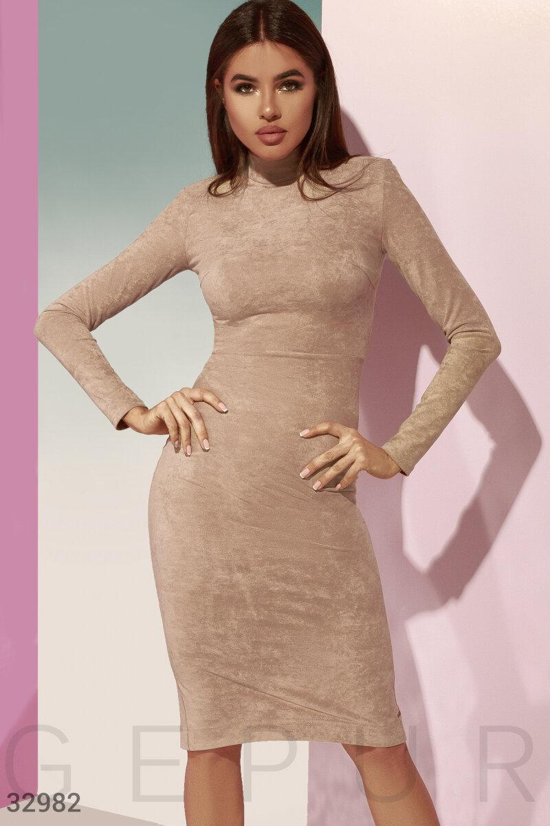 Облегающее замшевое платье бежевое