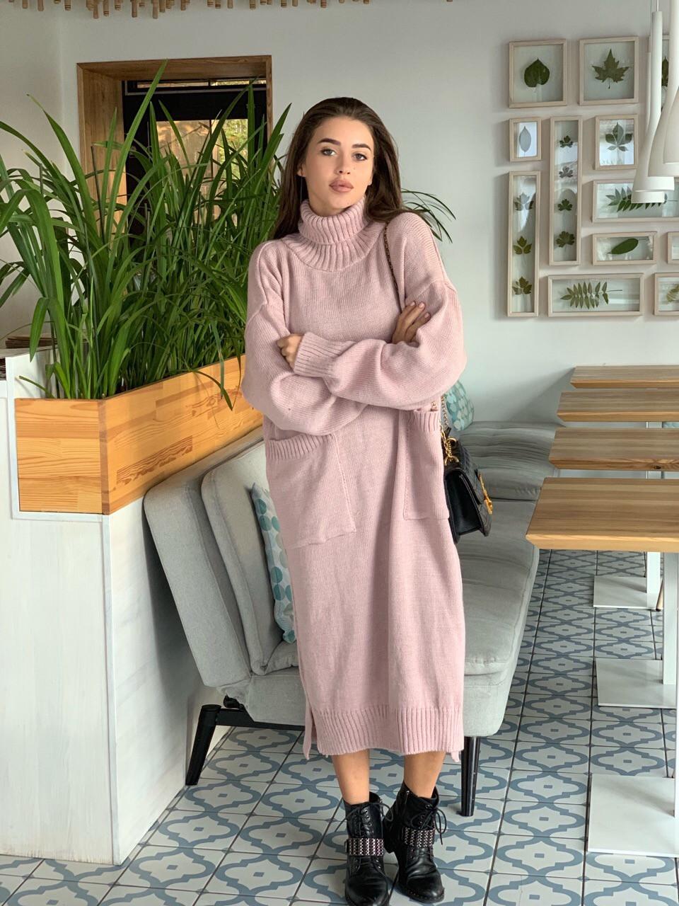 Вязаное свободное платье с карманами и высоким воротником 41plt251