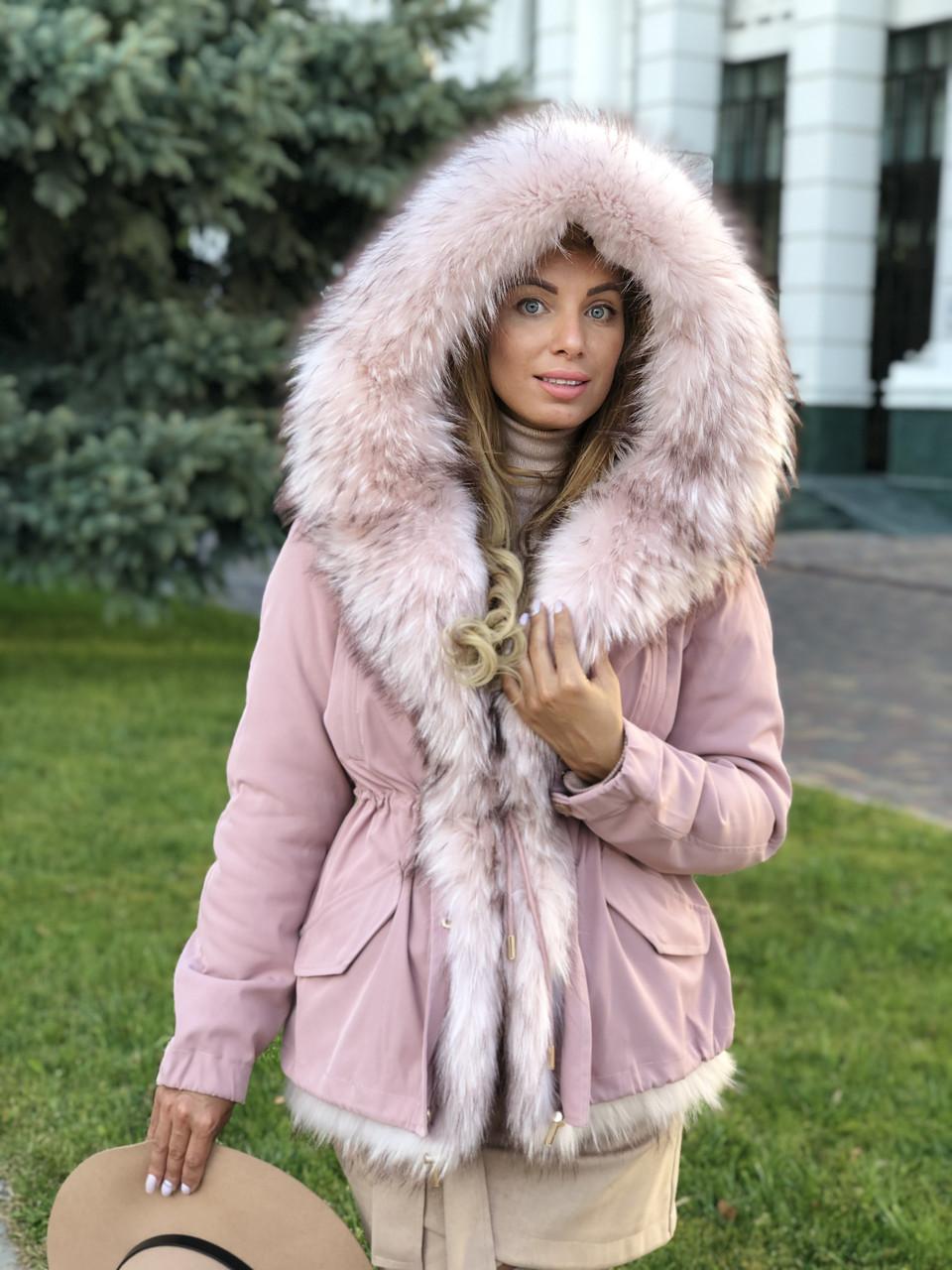 Розовая куртка парка с натуральным мехом белой арктической лисы на капюшоне