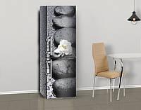 Магнитная наклейка на холодильник Черные мокрые камни и белый цветок, виниловый магнит, 600*1800 мм, Лицевая