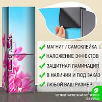 Магнитная наклейка на холодильник Розовые тюльпаны и голубое небо, виниловый магнит, 600*1800 мм, Лицевая
