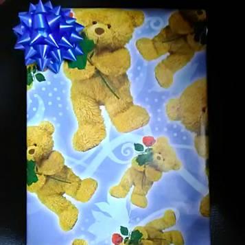 Упаковка подарка с рисунком мишки и голубым бантиком