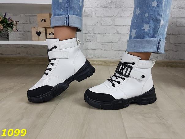Женские спортивные белые ботинки на черной подошве