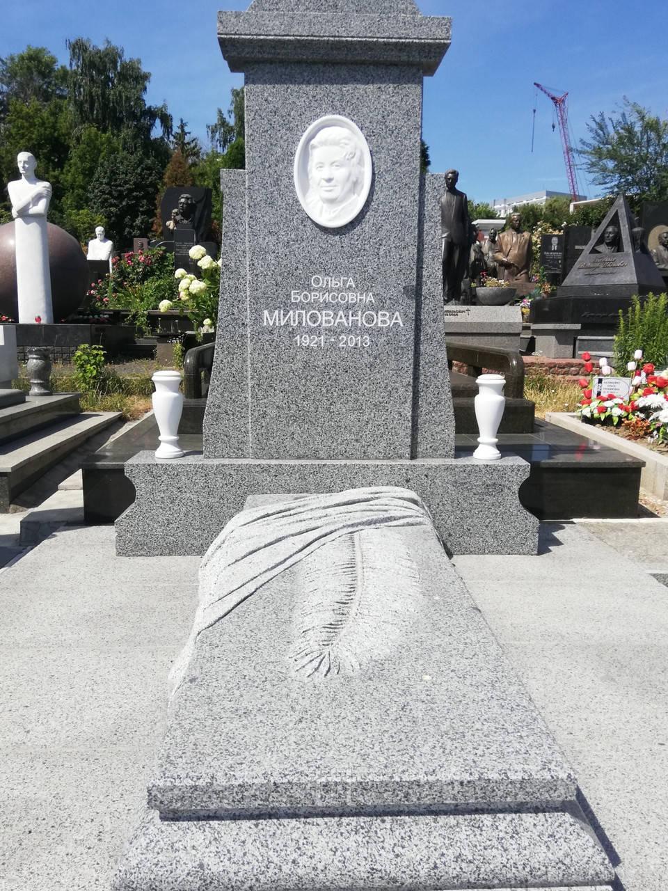 Памятник из серого гранита № 43