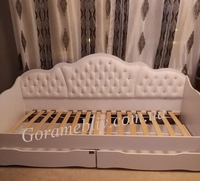 На фото: односпальная кровать для девочки с ящиками и мягкой спинкой