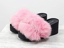 Меховые шлепанцы из натуральной кожи черного цвета с пушистым мехом песца нежно розового цвета на удобной платформе черного цвета, С-560/2