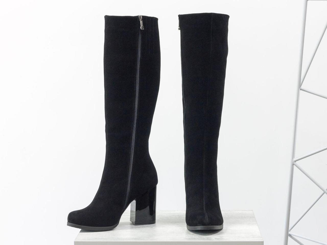 Высокие сапоги из натуральной замши черного цвета на расширенном глянцевом каблуке