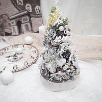 Рождественская новогодняя декоративная елочка на стол в белых тонах