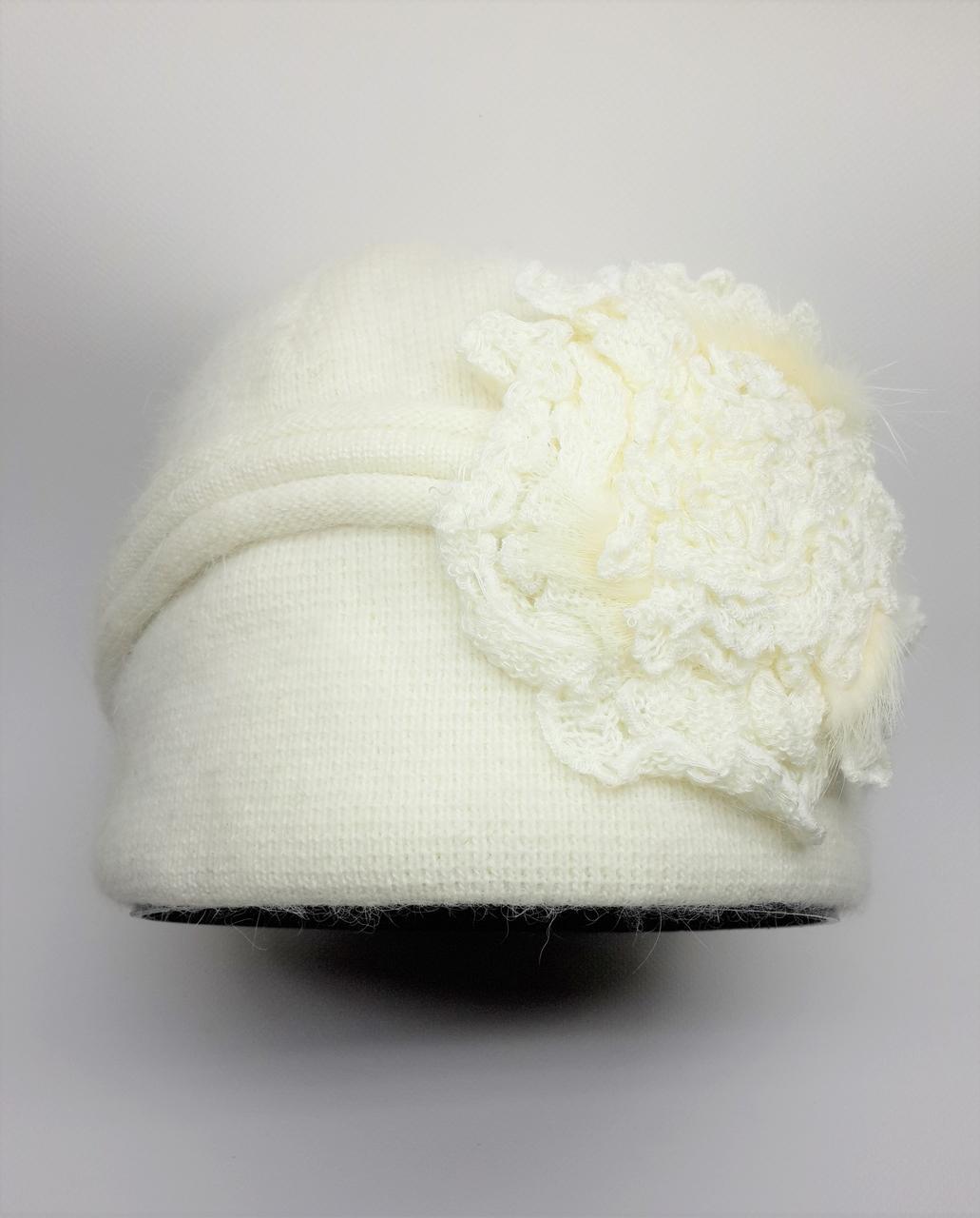 Теплая шапка с цветами сбоку Urchin молочная