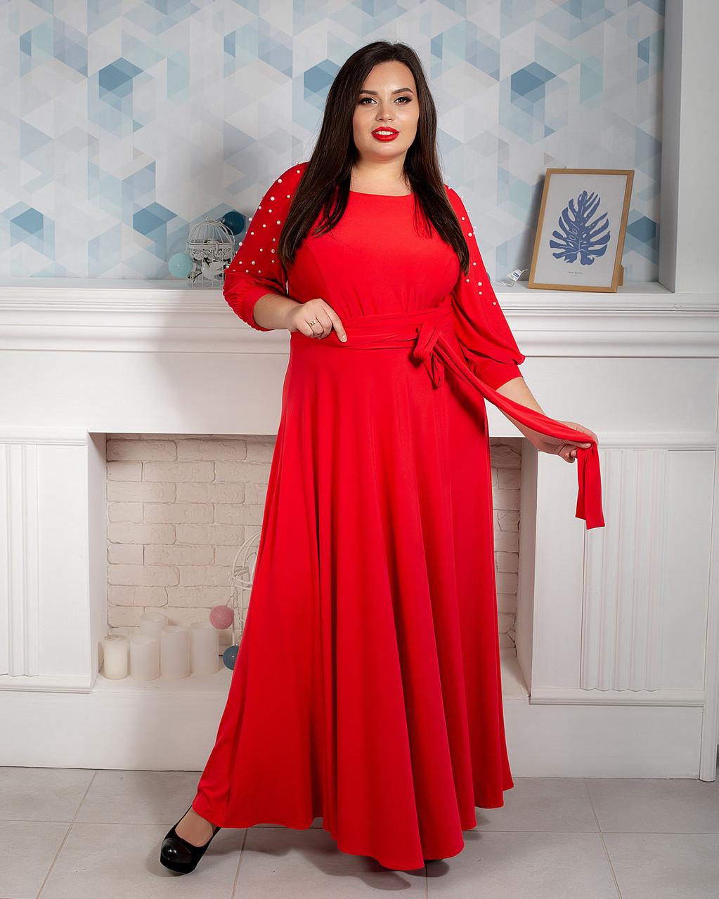 Красное длинное женское платье с жемчугом