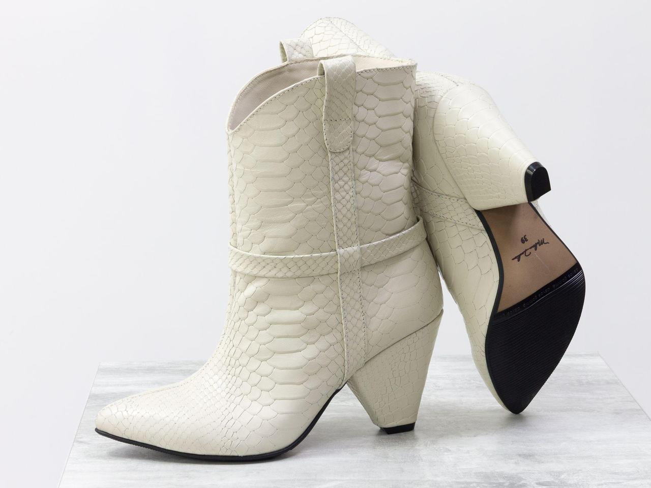 Стильные сапоги казаки из натуральной кожи цвета молочного цвета на устойчивом высоком треугольном каблуке