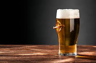 Бокал для пива с настоящей «застрявшей» пулей .30-06