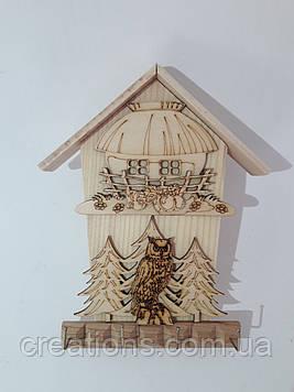 Ключниця дерев'яна настінна будиночки 21 см.