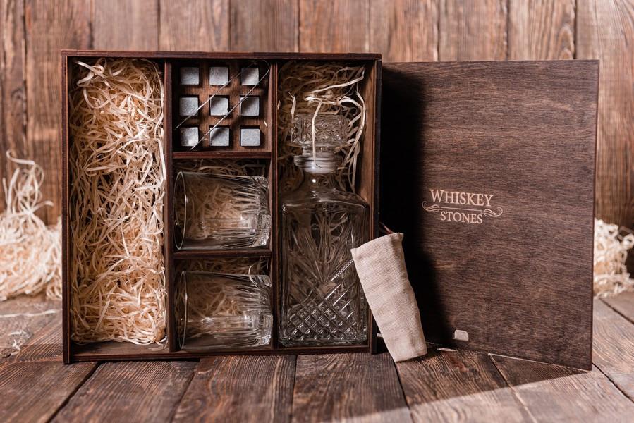 Подарочная коробка для виски с камнями для виски, стаканами и декантером Bormioli Rocco Selecta