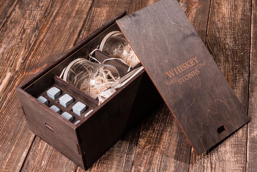 Подарочный набор камней для виски в деревянном пенале. 8 камней для виски + 2 бокала Bohemia Quadro