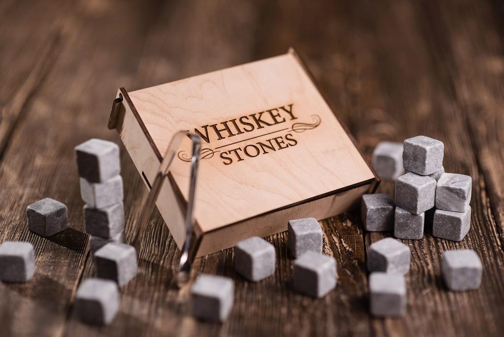 Камни для виски. 25 стеатитовых камней в деревянной шкатулке. Оригинал, стеатит. +Щипцы +Мешочек