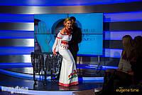 """Єва Бажен, ведуча """"ПравДиво шоу"""" в сукні з вишивкою, фото 1"""