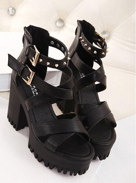 Женские черные стильные босоножки с шипами