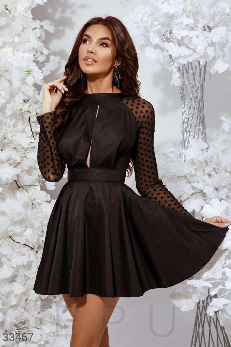 Короткое платье с разрезом на груди и открытой спиной