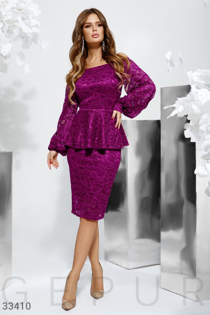 Вечернее платье-футляр с баской фиолетовое