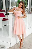 Нарядное приталенное платье длины миди с кружевом пудровое