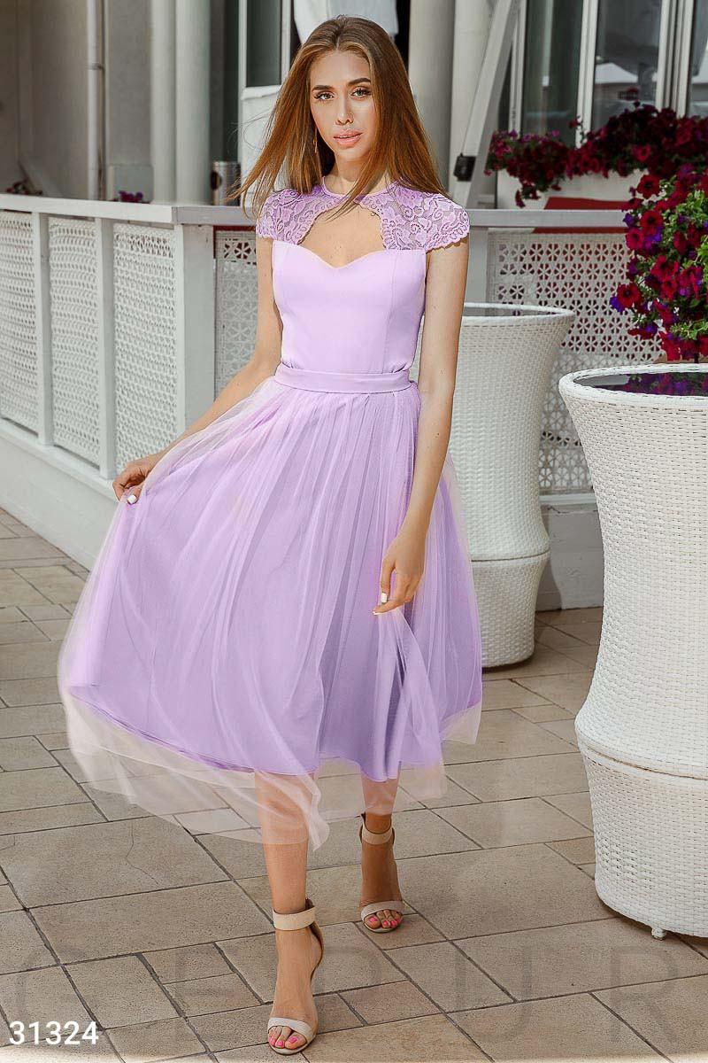 Нарядное приталенное платье длины миди с кружевом лавандовое